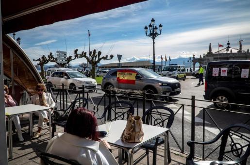 Hosteleros cántabros participaron en una segunda caravana de vehículos por las calles de Santander este miércoles para protestar por la prórroga de cierre interior de los establecimientos.