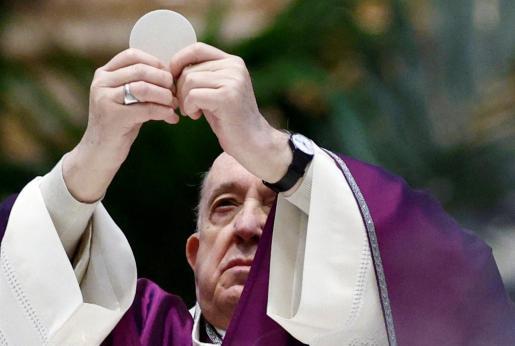 El papa Francisco fue uno de los primeros en recibir la vacuna en El Vaticano.