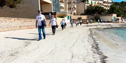 Unas 200 personas se han unido este jueves a la caminata reivindicativa de SOS Turismo en la Colònia de Sant Jordi.