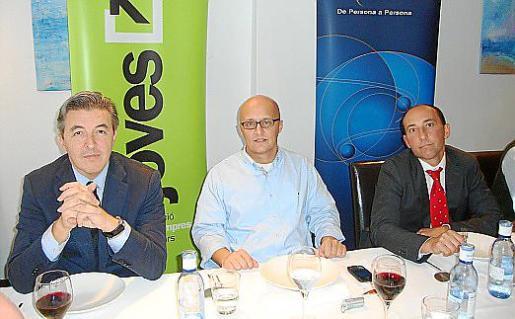 Richard Clark en el centro, a su derecha José Francisco Ibánez, de Banco Madrid, y a su izquierda Mario Alarcón, vicepresidente de Joves Empresaris.