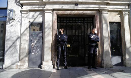 La operación se encuentra bajo secreto de sumario y es probable que en las próximas horas se produzcan nuevas detenciones. Sobre estas líneas, dos agentes de la Policia Nacional en las puertas del bufete de Palma registrado este jueves.