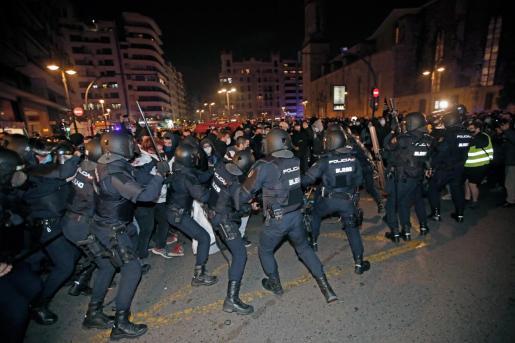 La Policía Nacional ha cargado contra los manifestantes en pleno centro Valencia.
