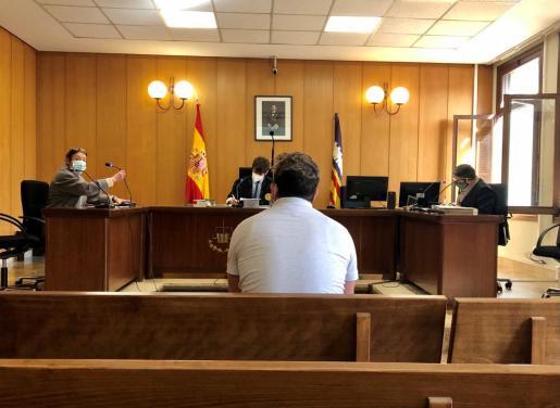 El acusado, ayer, en el juicio celebrado en una sala del juzgado de lo Penal 3.
