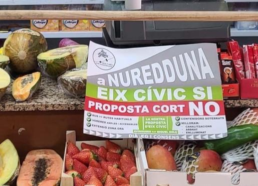Los comerciantes del Mercat de Pere Garau han colocado carteles en contra del proyecto en sus puestos de venta.