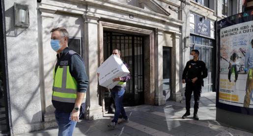La UCRIF está a la espera de rastrear el ordenador intervenido a los abogados y se ha empezado a estudiar la documentación incautada en siete cajas en el bufete palmesano.