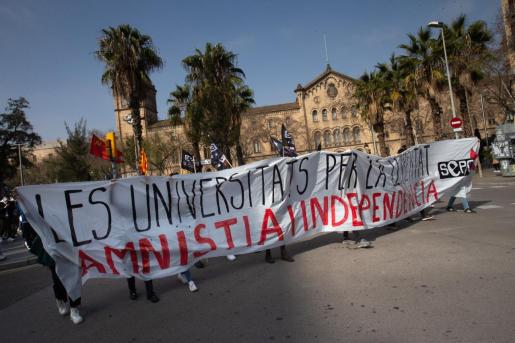 Unas 300 personas, la mayoría universitarios, se han manifestado este mediodía en Barcelona para pedir la libertad del rapero Pablo Hasel.