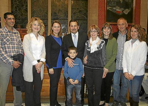 Rafel y Cati Oliver, María Salom, Pep Oliver y su nieto Pep, María Cortés, Margalida Oliver, Miguel Tugores y Eugenia Vila.