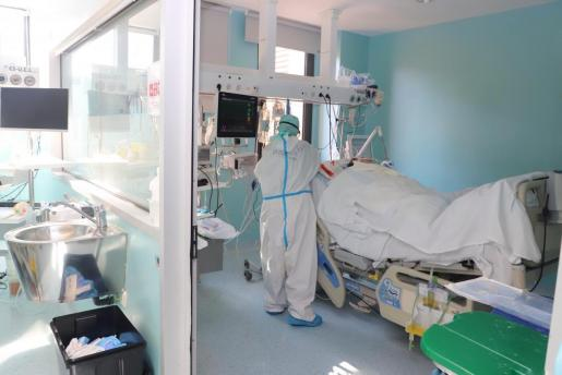 Una sanitaria atiende a un paciente crítico.