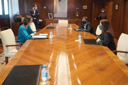 La ministra Reyes Maroto durante su encuentro con la presidenta Francina Armengol y el conseller Iago Negueruela.