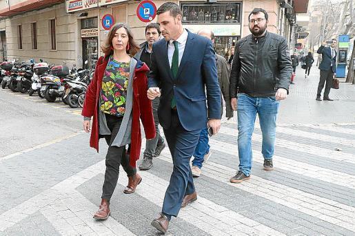 Truyol, en los juzgados de Vía Alemania, junto a su abogado, Antoni Monserrat.