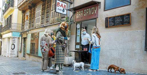 Un grupo de clientas conversa ante el bar Savoy, ayer en el centro de Palma.