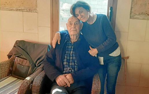 Antònia y su padre Pedro Pou, en una entrañable foto antes de que ingresara en el hospital en julio de 2020.