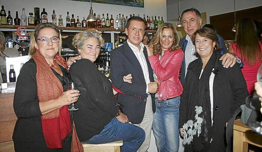 Xisca Morell, Chiqui Cilimingras, Jaime Colomar, Piru Zaforteza, Rafael Lladó y Victoria Rullán, en la reunión de amigas de la adolescencia.