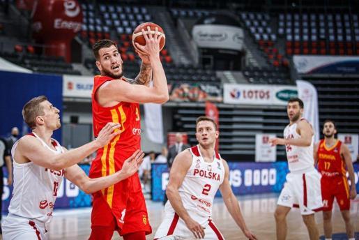 Fran Guerra intenta superar la defensa de dos jugadores de Polonia.