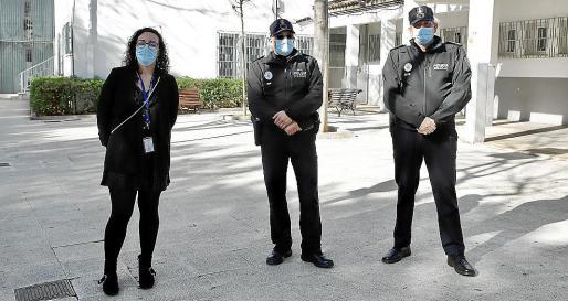Incorporación. La regidora Joana Maria Adrover, el policía de barrio destinado al Vivero Gaspar Moll y el jefe de la Policía Local, José Luis Carque.