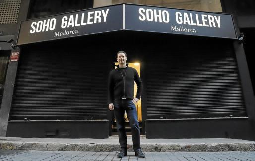 Drew Aaron posa frente a la nueva Soho Gallery.