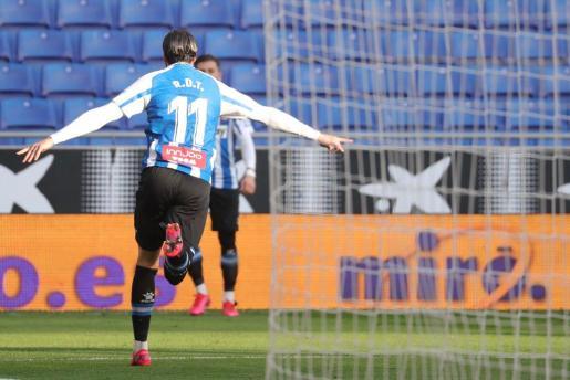 Raúl de Tomás, delantero del Espanyol, celebra el gol conseguido este sábado en Cornellà contra el Sabadell.