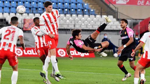 Abdón Prats marca de chilena el gol de la victoria del Real Mallorca en Almería, durante el partido de la primera vuelta.