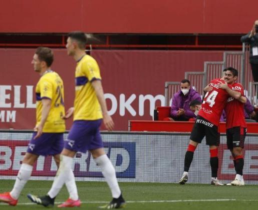 Valjent felicita a Abdón tras anotar el tanto de penalti.