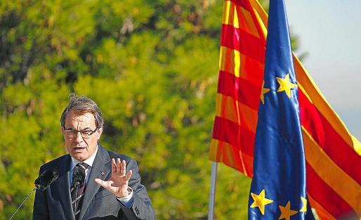 Artur Mas hizo campaña ayer en Montjuïc junto a las banderas catalana y europea.