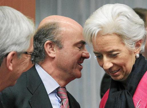 El ministro De Guindos habla con la directora gerente del FMI, Christine Lagarde, a su llegada a la reunión del Eurogrupo.