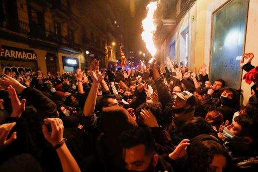 Supporters of arrested Catalan rapper Pablo Hasel protest in Barcelona, Spain, February 20, 2021. REUTERS/Albert Gea SPAIN-RIGHTS/RAPPER-PROTESTS