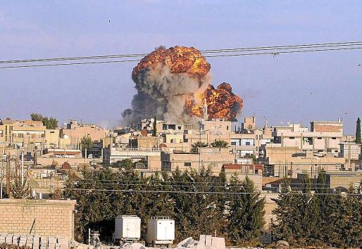 Una columna de humo se eleva sobre las viviendas tras el ataque sirio en Ceylanpinar (Turquía).