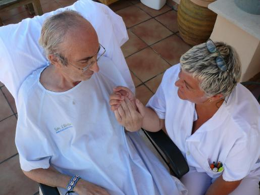 Una enfermera del equipo de paliativos de Son Llàtzer atiende a uno de los pacientes.