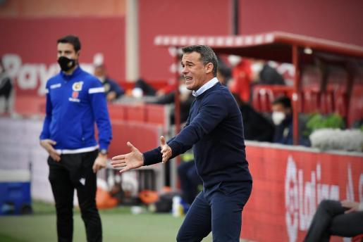 El entrenador del Mallorca, Luis García Plaza, da instrucciones a sus futbolistas durante el partido contra el Almería de este domingo en Son Moix.