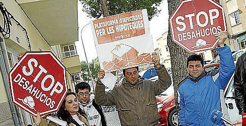 PALMA . DESAHUCIOS . DESAHUCIO APLAZADO EN PALMA . UN PADRE CON SUS TRES HIJOS CONSIGUE UN APLAZAMIENTO DEL BANCO PARA NO SER DESALOJADO DE SU CASA DE LA CALLE ANDRIAN FERRER DE PALMA . ADRIAN, DE NACIONALIDAD ARGENTINA. MAS FOTOS EN EL DISCO DEL 07-03-2012
