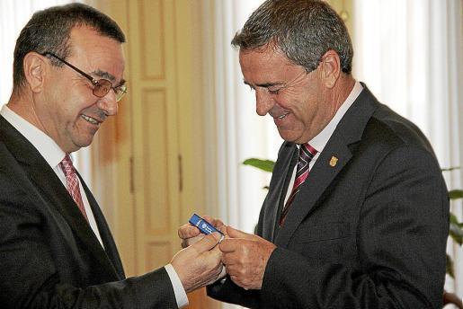 El vicepresidente Aguiló, entregando a Rotger el 'usb' con los Presupuestos.