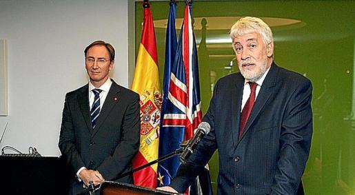 Paul Abrey y el embajador británico, Giles Paxman, durante el acto de ayer.