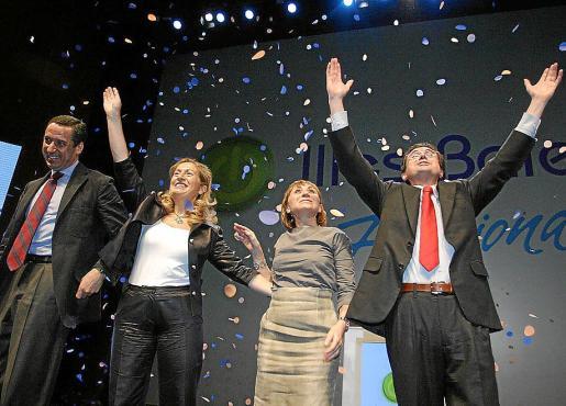Matas en un acto de la campaña de 2007 junto a su mujer, Eduardo Zaplana y Ana Pastor.