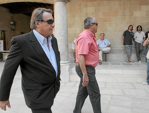 Joaquín Rabasco, en el patio de la Audiencia Provincial durante el juicio en 2008.