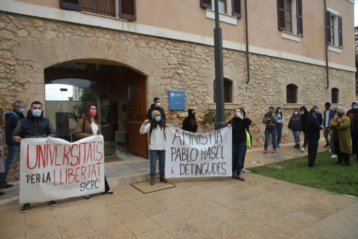 Un momento de la protesta, a las puertas del rectorado.