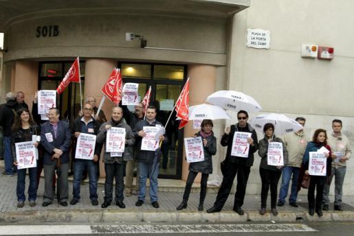 Los líderes de los sindicatos convocantes de la huelga han explicado los motivos de la misma frente a la oficina del SOIB.