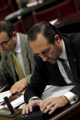 Josep Ignasi Aguiló y José Ramón Bauzá, en el pleno del Parlament.