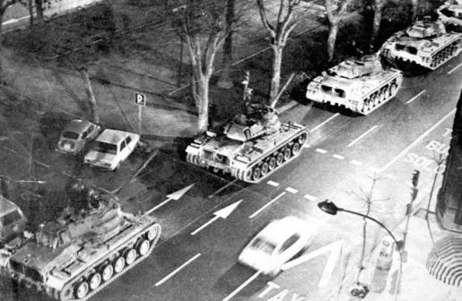 Carros de combate por las calles de Valencia.