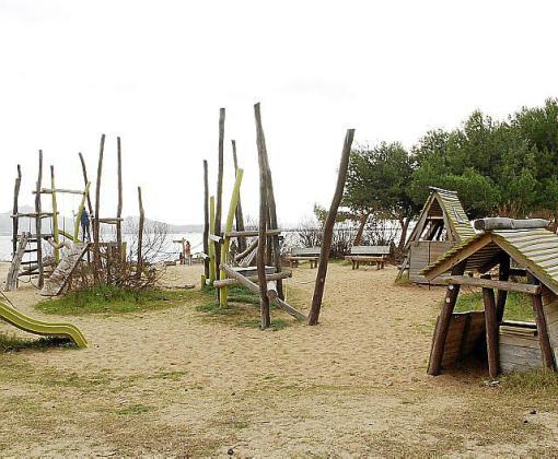 Parque infantil de la playa de Llenaire.