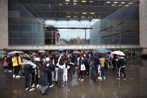 Decenas de alumnos y ex alumnos del Institut del Teatre se concentraron este lunes frente a la sede del edificio principal en protesta para denunciar los presuntos casos de acoso sexual y abusos de poder durante años efectuados por parte de algunos docentes del centro.