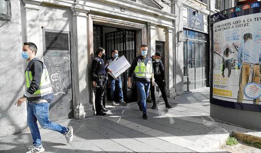 Agentes de la UCRIF, durante el registro del despacho de abogados implicado en la trama.