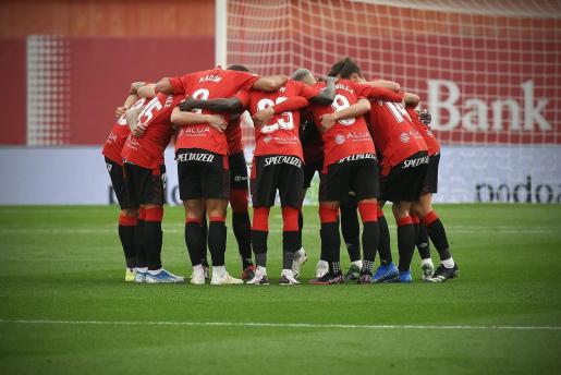 Los jugadores del Mallorca antes del inicio del partido ante el Almería.