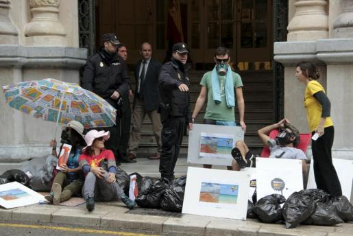 Un momento del acto de protesta celebrado por activistas del Gob ante la sede del Parlament.