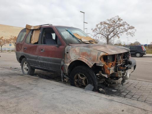 Vehículo incendiado con un mujer dentro en el polígono de Levante de Palma. Foto: Julio Bastida