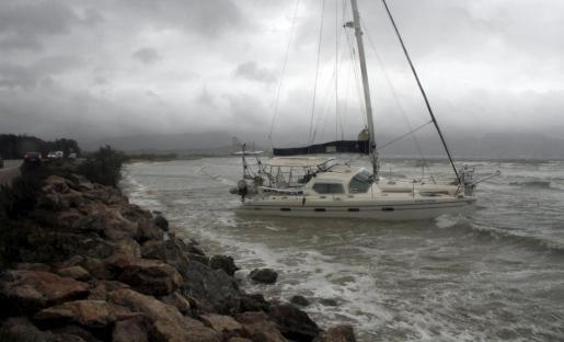 Un barco ha sido arrastrado por el fuerte oleaje en Pollença.
