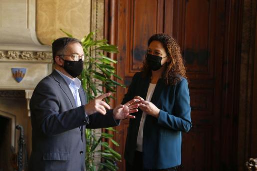 El conseller de Movilidad y Vivienda del Govern, Josep Marí, y la presidenta del Consell de Mallorca, Catalina Cladera.