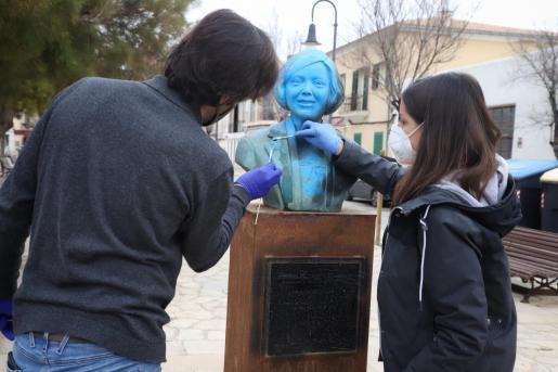 Técnicos restaurando el busto de Aurora Picornell.