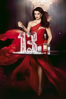 Imagen cedida por Campari de la portada de su calendario para 2013, que fue presentado hoy en Milán, protagonizado por la actriz española Penélope Cruz.