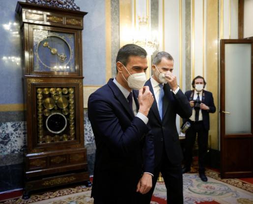 El rey Felipe VI y el presidente del Gobierno, Pedro Sánchez en el Salón de los pasos perdidos del Congreso de los Diputados.