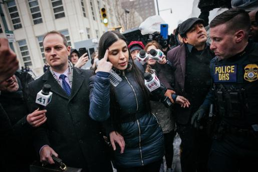 Emma Coronel Aispuro rodeada por medios de comunicación.